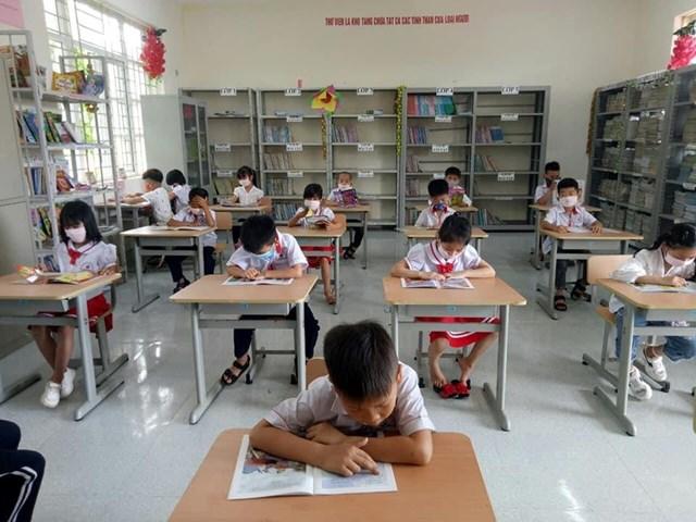 Dự án mở tủ sách đầu tiên được du học sinh triển khai tại trường Tiểu học xã Thanh Lân - Cô Tô. Ảnh: NVCC