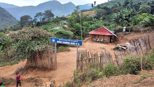 Tủ sách thứ 2 được nữ du học sinh triển khai tại trườngtrường Huổi Ít A, Điện Biên. Ảnh: NVCC.