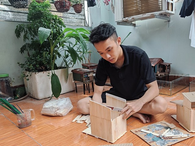Thạch Dương làm mô hình tiểu cảnh từ những vật liệu đơn giản, sẵn có và dễ tìm. Ảnh: NVCC.