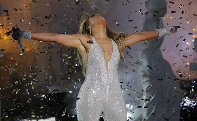 Ca sĩ Jennifer Lopez biểu diễn tại Quảng trường Thời đại trong lễ đón năm mới 2021 tại thành phố New York.