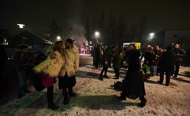 Người dân Iceland ăn mừng đêm giao thừa và hy vọng một năm 2021 tươi sáng hơn khi pháo hoa thắp sáng bầu trời ở Reykjavik, Iceland.