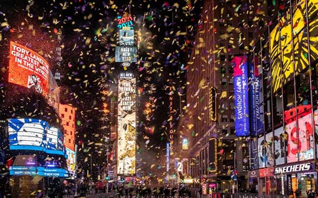 Hoa giấy bay trên Quảng trường Thời đại trong sự kiện đêm Giao thừa trực tuyến sau sự bùng phát của dịch bệnh Covid-19 ở Manhattan, thành phố New York, Mỹ.
