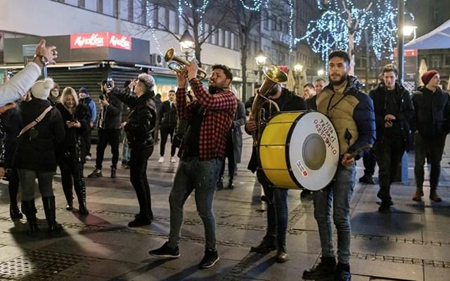 Mọi người ca hát và nhảy múa trên đường phố trong lễ đón năm mới, trong bối cảnh dịch bệnh Covid-19 bùng phát ở Belgrade, Serbia.