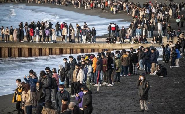 Mọi người tập trung tại bãi biển phía Nam Chigasaki để ngắm bình minh vào ngày đầu năm mới ở tỉnh Kanagawa, phía Tây Nam Tokyo.