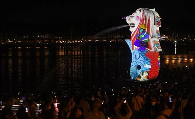 Tượng Merlion được thắp sáng như một phần của lễ đón giao thừa ở Singapore.