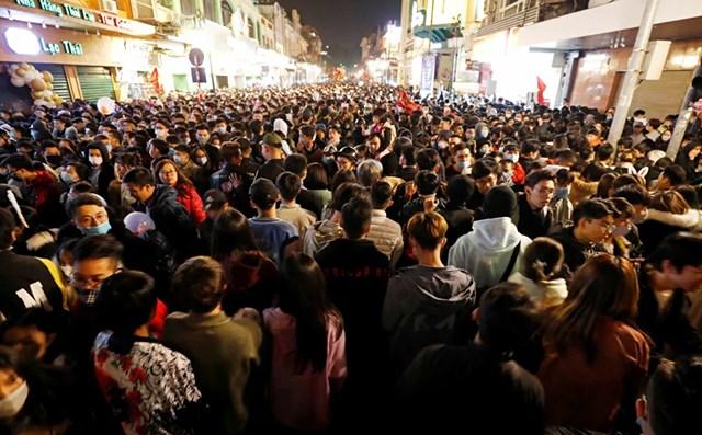 Mọi người tập trung trên đường phố trong lễ đón năm mới 2021 tại Hà Nội, Việt Nam.