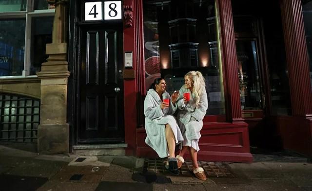 Hai phụ nữ Anh ăn mừng năm mới trong bối cảnh dịch bệnh bùng phát ở Newcastle.