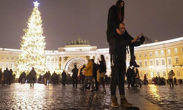 Một cặp đôi chụp ảnh selfie tại Quảng trường Cung điện trong lễ đón năm mới ở trung tâm thành phố St.Petersburg, Nga.