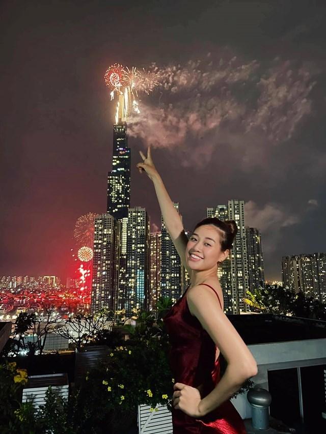 """Hoa hậu Khánh Vân gửi lời chúc: """"Cảm ơn cả nhà yêu của Vân...thương chúc cả nhà mình mọi điều may mắn, hạnh phúc, sức khoẻ và bình an... Năm 2021 chúng ta đừng ngại ngùng nói lời yêu thương với gia đình, người thân, bạn bè nhé cả nhà... Vân mong chúng ta sẽ có thật nhiều hạnh phúc, thật nhiều yêu thương... Happy New Year""""."""