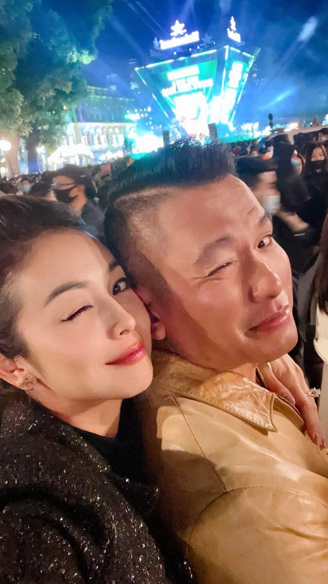 """Vợ chồng Hoa hậu Jennifer Phạm gửi lời chúc: """"Chúc mừng năm mới 2021. 1 năm mới, 1 tuổi mới, nhiều niềm vui, nhiều thành công mới và chúng ta mãi bên nhau bạn nhé""""."""