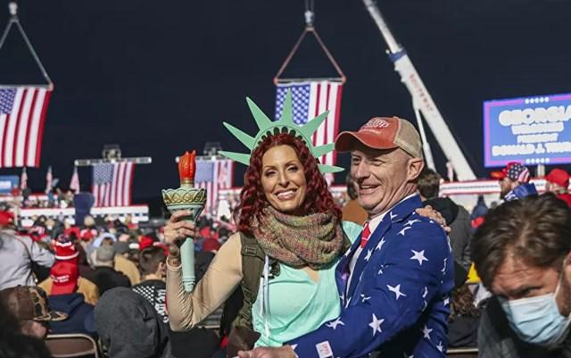 """Những người ủng hộ tại cuộc biểu tình ủng hộ các thượng nghị sĩ đương nhiệm của Đảng Cộng hòa Kelly Loeffler và David Perdue trước cuộc """"vượt cạn"""" của Thượng viện ở Dalton, Georgia vào ngày 4/1. Ảnh: AFP."""