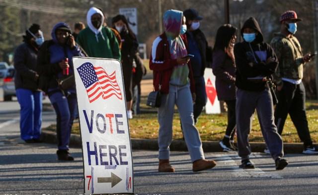 Các cử tri Mỹ đi bỏ phiếu trong ngày 5/1. Ảnh: Reuters.