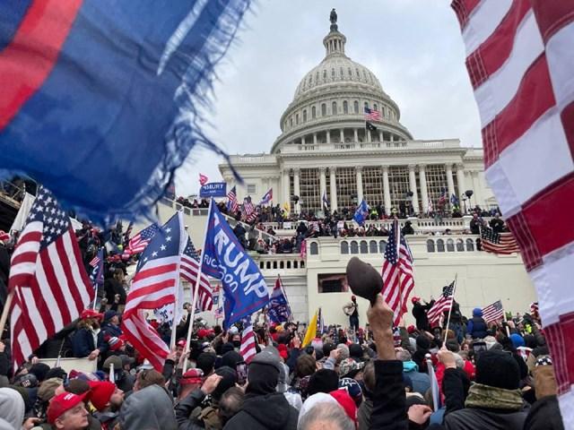 [ẢNH] Toàn cảnh cuộc biểu tình tại tòa nhà Quốc hội Mỹ - Ảnh 1