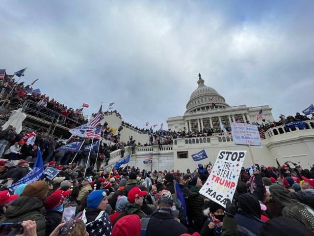 Những người biểu tình tập trung bên ngoài điện Capitol. Ảnh: Sputnik