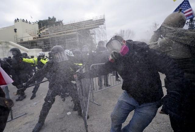 Cảnh sát phải dùng hơi cay và các biện pháp nghiệp vụ để trấn áp người biểu tình.Ảnh: Washington Post.