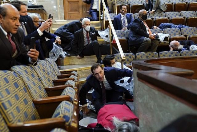 Tình thế của các nhà lập pháp khi người biểu tình tràn vào tòa nhà.Ảnh: Washington Post.