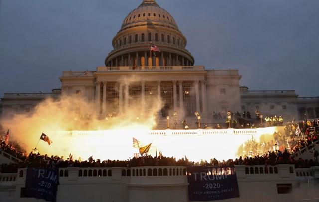 Bên ngoài Điện Capitol, khi những người biểu tình vẫn còn tập trung. Ảnh: Reuters.