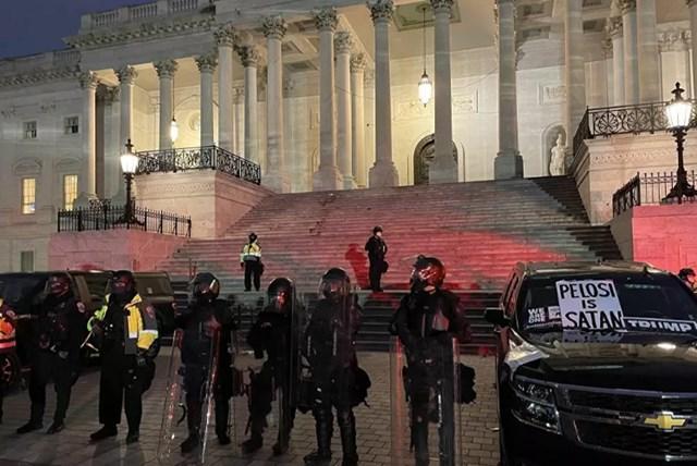 Cảnh sát đã giải tán đám đông khỏi Điện Capitol. Ảnh: Reuters.