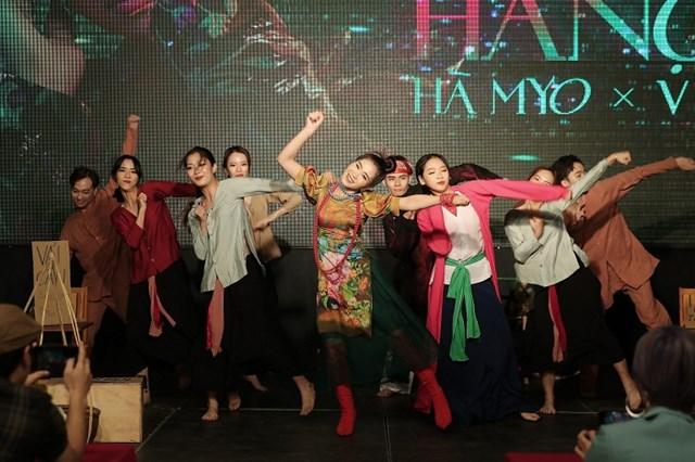 Ca sĩ Hà Myo tạo bất ngờ khi trình diễn bài xẩm kết hợp với rap, nhạc điện tử.