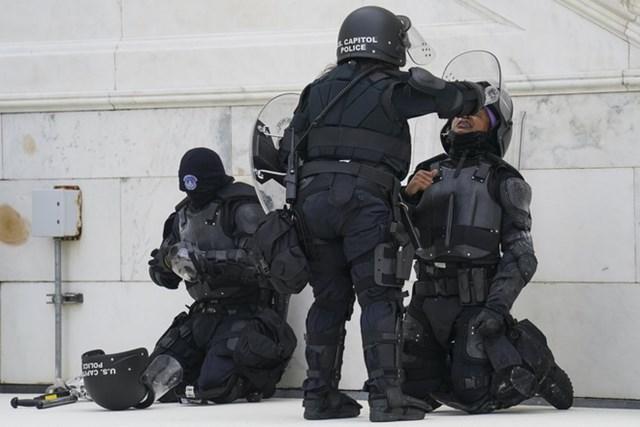 Cảnh sát bảo vệ tòa nhà Quốc hội Mỹ bị người biểu tình tấn công bằng hóa chất vào ngày 6/1. Ảnh:AP.