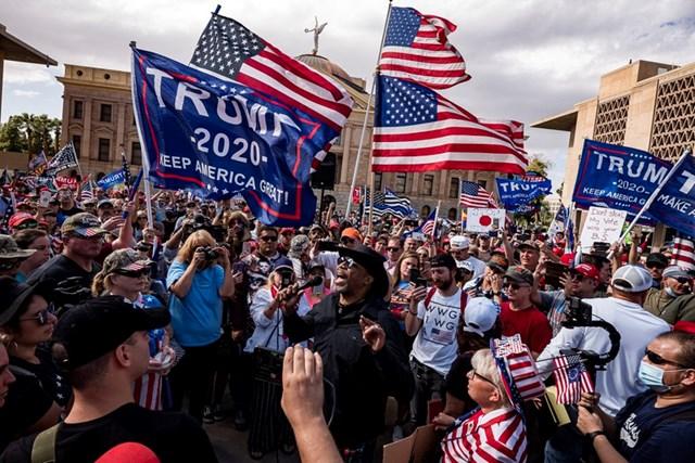 Những người ủng hộ Tổng thống Trump biểu tình phản đối kết quả kiểm phiếu tại thành phố Phoenix, bang Arizona. Ảnh: AFP.