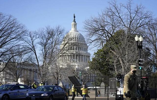 Các công nhân lắp đặt hàng rào xung quanh Điện Capitol ở Washington DC, ngày 7/1. Ảnh: AP.