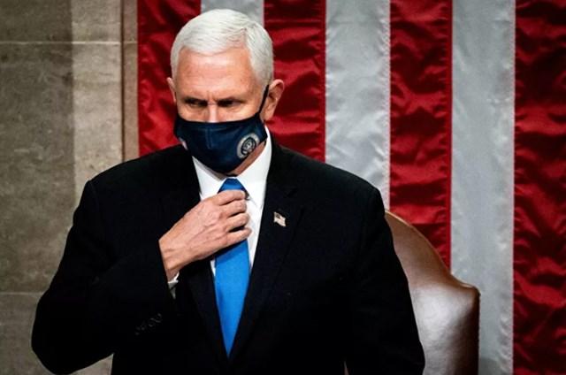 Phó Tổng thống Mike Pence chủ trì phiên họp chung của Quốc hội để chứng nhận kết quả bỏ phiếu Cử tri đoàn sau khi những người ủng hộ Tổng thống Donald Trump xông vào Điện Capitol. Ảnh: Reuters.