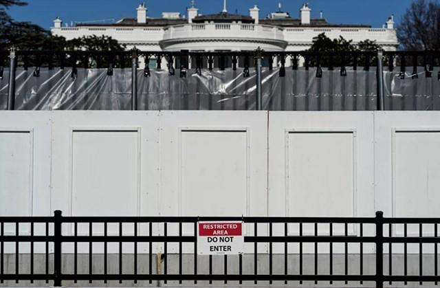 Nhà Trắng được bảo vệ phía sau hàng rào an ninh sau vụ bạo loạn.