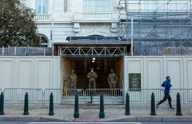 Lực lượng Vệ binh Quốc gia chốt chặn tại Tòa nhà Văn phòng Thượng viện Russell đối diện với Tòa nhà Quốc hội Mỹ trên Đồi Capitol ở Washington.