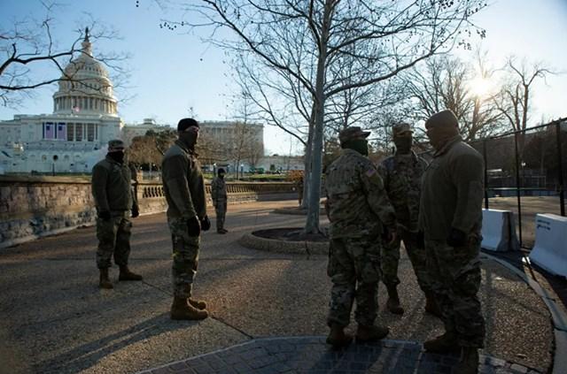 Lực lượng Vệ binh Quốc gia đứng canh trong khuôn viên của Điện Capitol Mỹ.