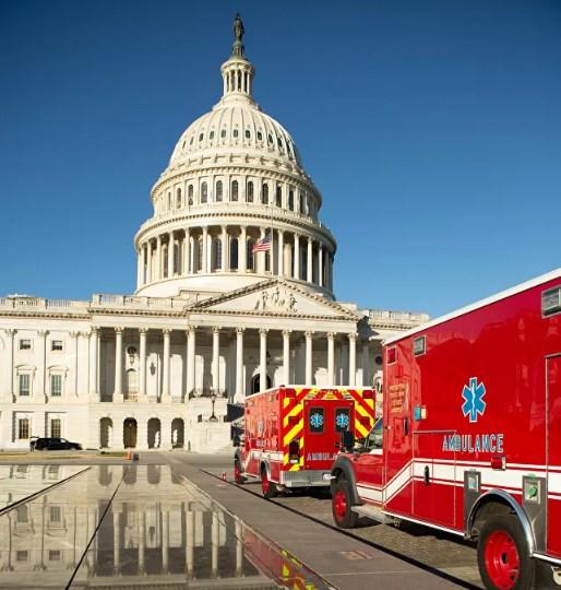 Xe cứu thương túc trực trong khuôn viên Điện Capitol Mỹ.