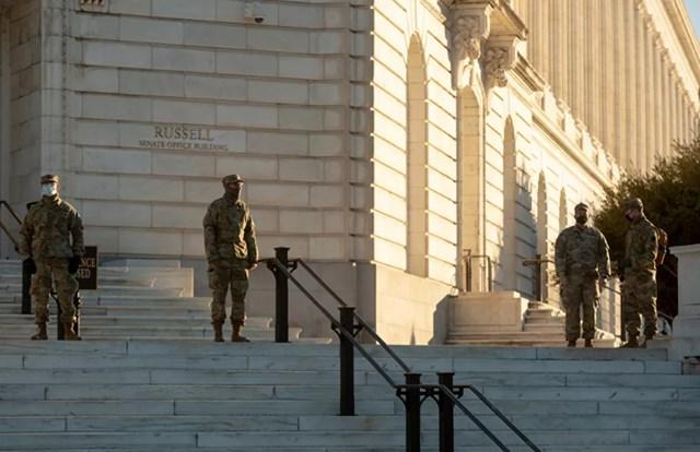 Lực lượng Vệ binh Quốc gia đứng canh tại Tòa nhà Văn phòng Thượng viện Russell đối diện với Tòa nhà Quốc hội Mỹ trên Đồi Capitol ở Washington.