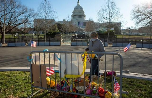 Ông Sal Gonzalez đặt hoa tại nơi tưởng niệm cảnh sát Brian Sicknick, cảnh sát đầu tiên thiệt mạng trong vụ bạo loạn hôm 6/1 tại Điện Capitol Mỹ. bị