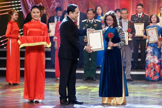 Chủ tịch UBTƯ MTTQ Việt Nam Trần Thanh Mẫn trao giải cho các tác giả đại Giải C. Ảnh: Quang Vinh.