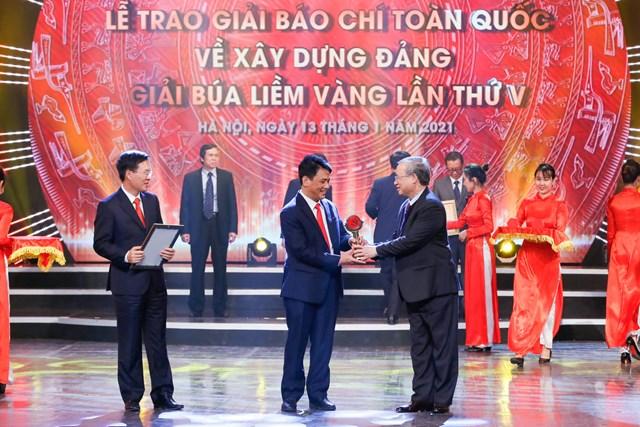 Thường trực Ban Bí thư Trần Quốc Vượng và Trưởng ban Tuyên giáo Trung ương Võ Văn Thưởng trao giải cho các tác giả đạt Giải A. Ảnh: Quang Vinh.