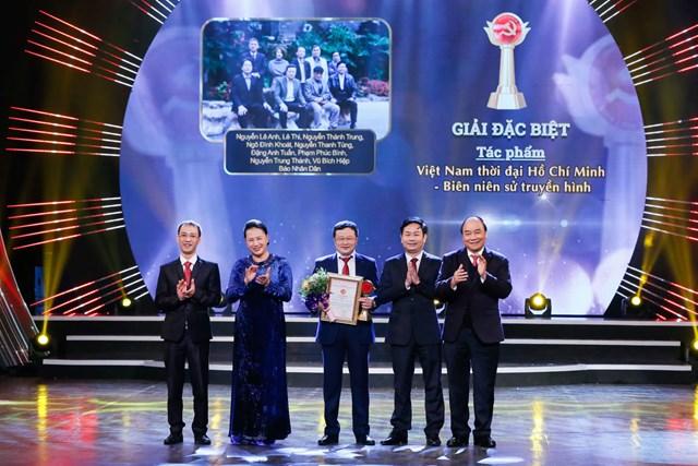 Thủ tướng Nguyễn Xuân Phúc và Chủ tịch Quốc hội Nguyễn Thị Kim Ngân trao Giải Đặc biệt cho nhóm tác giả. Ảnh: Quang Vinh.