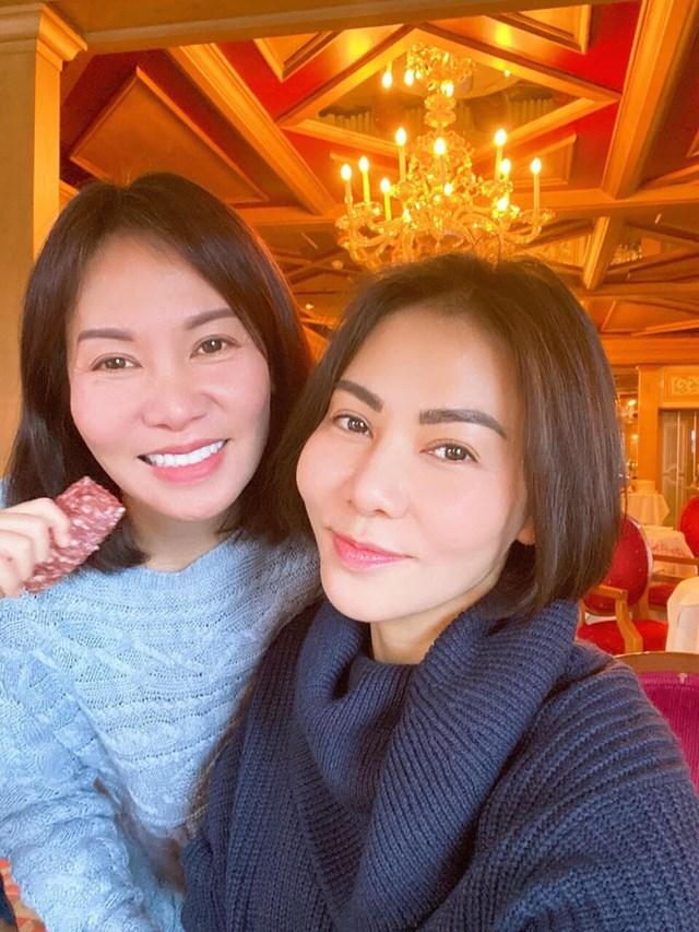 Ca sĩ Thu Minh (bên phải) làm người hâm mộ được một phen trầm trồ vì bức ảnh chụp với em gái. Nhiều ý kiến nhận xét, dù không phải chị em sinh đôi nhưng hai chị em giống nhau như hai giọt nước.