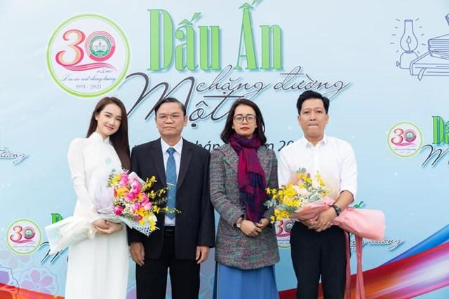 Nhã Phương rủ ông xã Trường Giang về thăm trường cũ tại Trường THPT Lê Hồng Phong, Đắk Lắk.