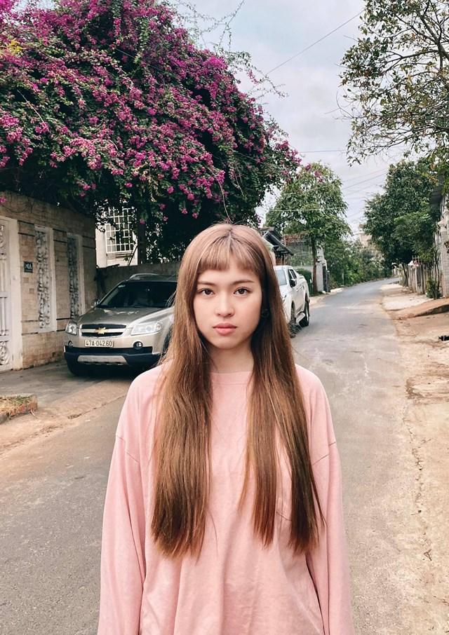 """Đỗ Khánh Vân khoe tóc mới theo trend mái moi: """"Mẹ tôi cắt mái trứng cút cho tôi, sau đó chụp ảnh lại cho toi xem : """"hề không con? Hahahaha ...hề ghê!!! Hahaha...hề xỉu....hahaha""""."""