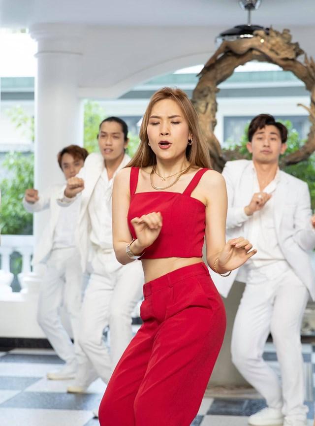 """Chị đại Mỹ Tâm siêu biểu cảm trong MV """"Anh chưa biết đâu""""."""