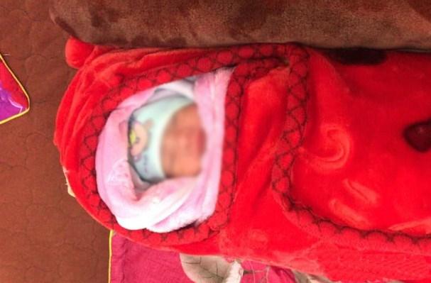 Bé gái bị bỏ rơi gần quán ăn thuộc xã Hưng Tây, huyện Hưng Nguyên. Ảnh: Báo Nghệ An.