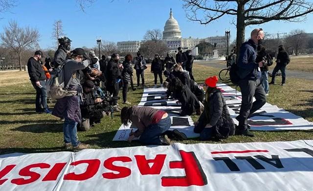 Những người ủng hộ Tổng thống Trump vẽ biểu ngữ bên ngoài Điện Capitol Mỹ.