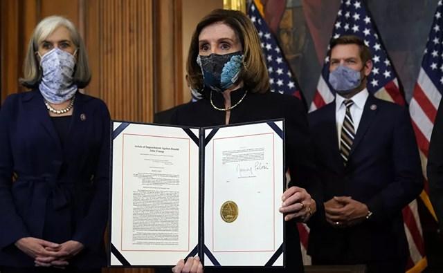 Chủ tịch Hạ viện Nancy Pelosi công bố bản nghị quyết luận tội Tổng thống Donald Trump sau khi đã ký nó.