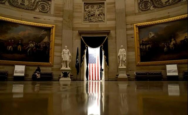 Ánh sáng chiếu qua lá cờ Mỹ bên trong Điện Capitol ở Washington, DC.