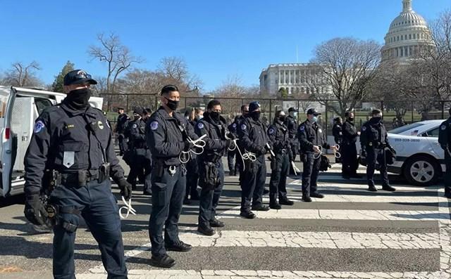 Lực lượng cảnh sát làm nhiệm vụ bên ngoài tòa nhà Quốc hội Mỹ khi Hạ viện bỏ phiếu luận tội Tổng thống Trump.