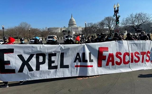 Người biểu tình cầm biểu ngữ bên ngoài Điện Capitol Mỹ.