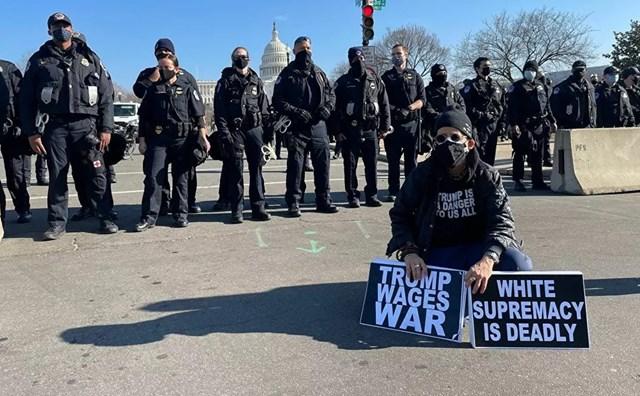 Người biểu tình ủng hộ Tổng thống Trump và các sĩ quan cảnh sát bên ngoài Điện Capitol Hoa Kỳ khi Hạ viện bỏ phiếu luận tội.