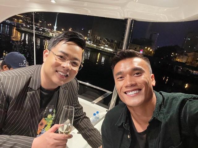 Ca sĩ Quang Lê vui vẻ khi hội ngộ cùng thủ môn Bùi Tiến Dũng.