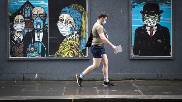 Áp phích trên đường phố khuyến khích người dân đeo khẩu trang khi ra ngoài tại Glasgow (Anh).