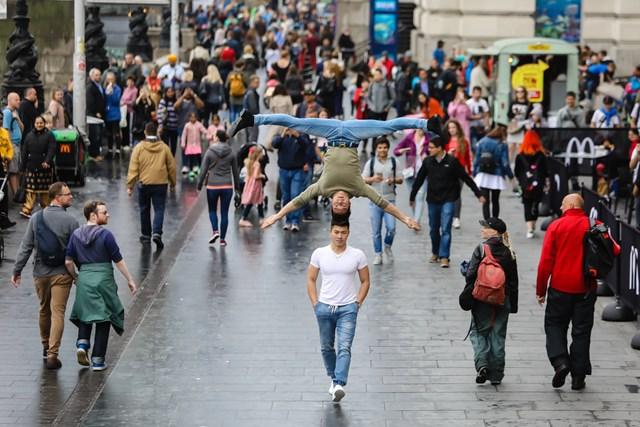 Anh em Quốc Cơ, Quốc Nghiệp nhớ lại khoảnh khắc khiến người dân trên đường phố London ngỡ ngàng với màn ngẫu hứng không thể thần thái hơn. Diễn như đời.